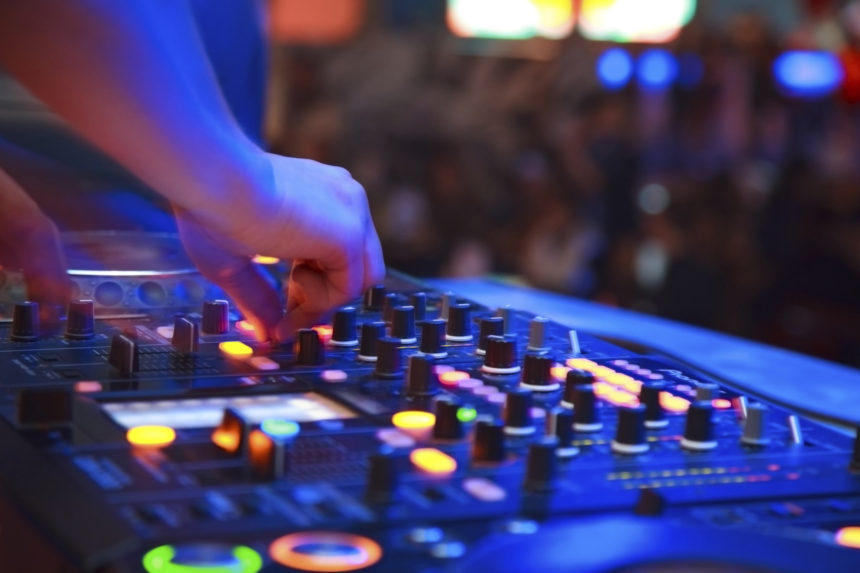 6 Tips for Hiring an Awesome Wedding DJ